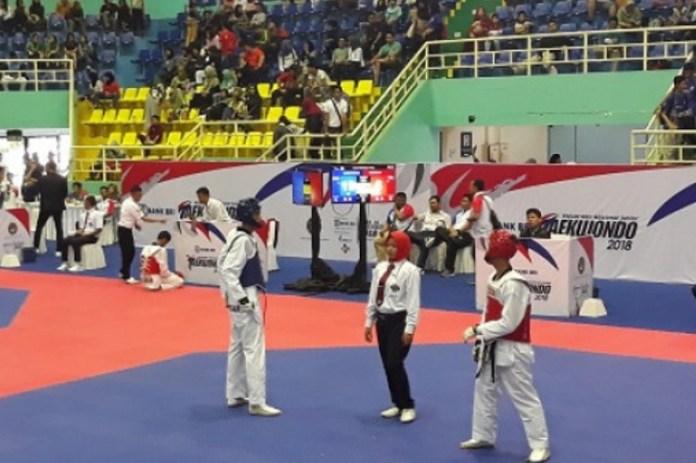 Atlet-atlet junior taekwondo dari 34 provinsi di Indonesia, saling bersaing dalam Bank BRI Kejurnas Junior Taekwondo Indonesia 2018, yang berlangsung di GOR POPKI Cibubur, pada 14-16 Desember, demi lolos ke pemusatan latihan nasional. (infonitas.com)