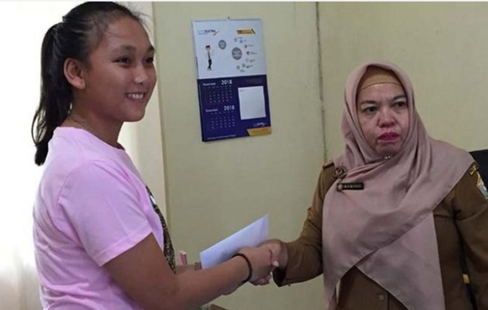 Pengurus Besar (PB) Persatuan Olahraga Dayung Seluruh Indonesia (PODSI) memanggil atlet 16 tahun dari Pusat Pendidikan dan Latihan Pelajar (PPLP) Sulawesi Tenggara (Sultra), Aulia Ghalib (kiri), masuk Pelatnas SEA Games 2019 Filipina. (zonasultra.com)