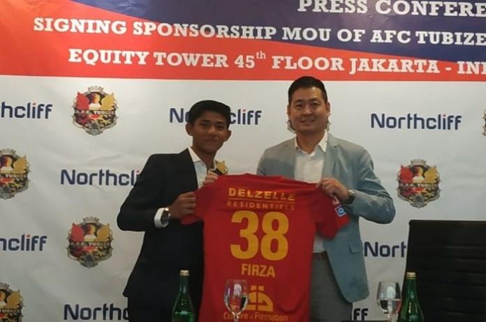 Usai resmi menandatangani kontrak dengan klub kasta kedua Liga Belgia, AFC Tubize, Firza Andika, akan memakai nomor punggung 38. Ia akan membela tim berjuluk Les Sang et Or (Si Merah Darah dan Emas) itu selama dua musim. Tampak Firza (kiri), dan CEO AFC Tubize, Shim Chan Koo, di Kantor Northcliff, Jakarta, pada Jumat (25/1). (bolasport.com)