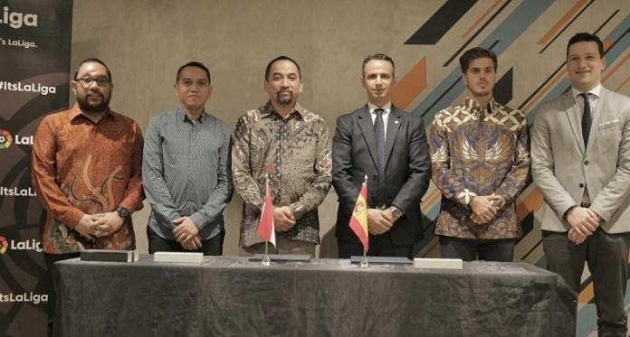 PT Liga Indonesia Baru (LIB), operator kompetisi sepak bola profesional di Indonesia, bersinergi dengan LaLiga yang dituangkan dalam MoU, dan ditandatangani oleh Risha Adi Wijaya (CEO PT LIB), dan Ivan Codina (Managing Director LaLiga untuk Asia Tenggara, Jepang, Korea, dan Australia), di Jakarta, pada Rabu (16/1). (Adt/NYSN)
