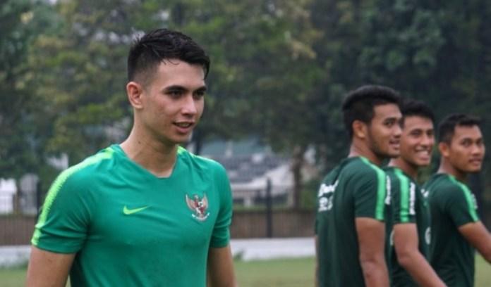 Nadeo Argawinata (kiri) akhirnya gagal menembus skuat akhir Timnas U-22. Nama kiper Borneo FC itu tak muncul dalam tim arahan Indra Sjafri itu untuk tampil di Piala AFF U-22 2019 di Kamboja. Alasan utamanya karena minim jam terbang interasional. (kumparan.com)