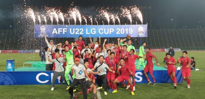 Selebrasi Timnas Indonesia setelah menjuarai ajang Piala AFF U-22 2019 seusai menaklukkan Thailand 2-1 di Olympic Stadium, Phnom Penh, Kamboja, Selasa (26/2/2019). (foto : pojoksatu)