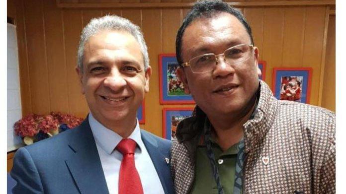 Presiden CD Numancia, Moises (Kiri) bersama Rudi SInaga (Kanan) pemilik akademi Tiga Naga di Spanyol