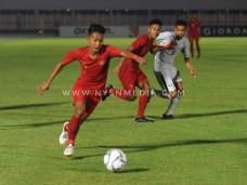 Pemain timnas Indonesia U-19, Beckham Putra Nugraha bersiap menendang bola ke gawang Timor Leste yang dijaga oleh Junildo Manuel. (NYSN/Pras)