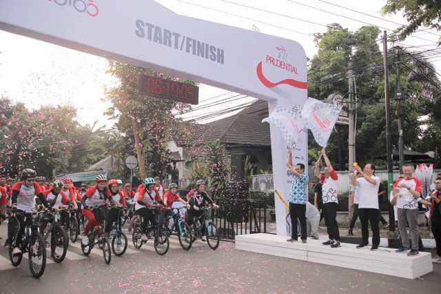 Pelepasan lebih dari 1.500 peserta kategori Fun Ride dilakukan oleh (Ki-Ka): Heroe Poerwadi – Wakil Walikota DI Yogyakarta, Rinaldi Mudahar – Country CEO, Community Investment Prudential Indonesia, Sentrijanto – Vice CEO Group of Regional Newspaper Kompas Gramedia, dan Luskito Hambali – Chief Customer & Marketing Officer Prudential Indonesia.