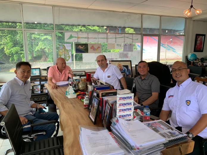 Perwakilan The Commission Internationale de Karting ( CIK ) saat melakukan inspeksi terhadap Sirkuit Internasional Karting Sentul pada akhir pekan lalu.