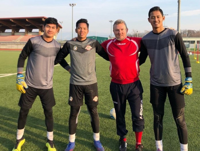 Yogi Hermawan, Erlangga Setyo, dan Risky Sudirman menerima metode latihan yang diberikan langsung oleh pelatih kiper tim senior FC Como.
