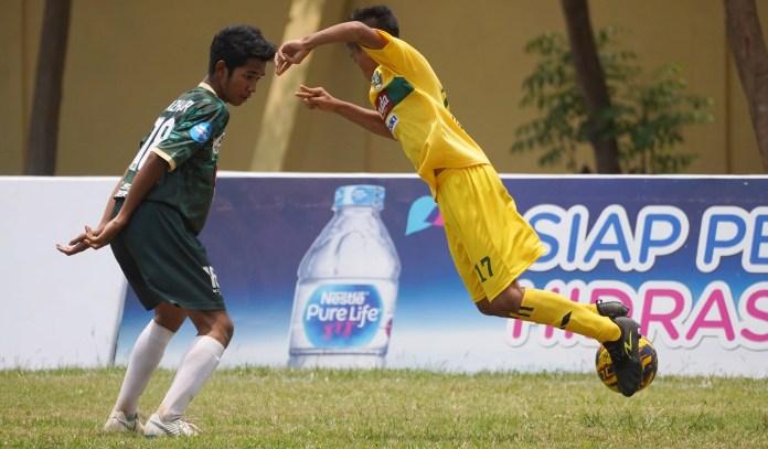 Striker SSB Siaga Pratama Chakra Satria Utama (kanan) berusaha mengangkat bola mengecoh bek SSB Big Stars Babek FA Rafi Azhar Mumtaza Ramadhani (kiri) dalam lanjutan Liga Kompas Kacang Garuda U-14 di Lapangan Sepakbola Ciracas, Jakarta Timur, Minggu (20/10/2019). Laga antara Siaga Pratama melawan Big Stars Babek FA berakhir imbang dengan skor 1-1. Siaga Pratama saat ini berada pada urutan ke 6 peringkat klasemen. Sedangkan Big Stars FA berada pada peringkat ke 4 urutan klasemen. Sumber: KOMPAS/RONY ARIYANTO NUGROHO (RON) 20-10-2019