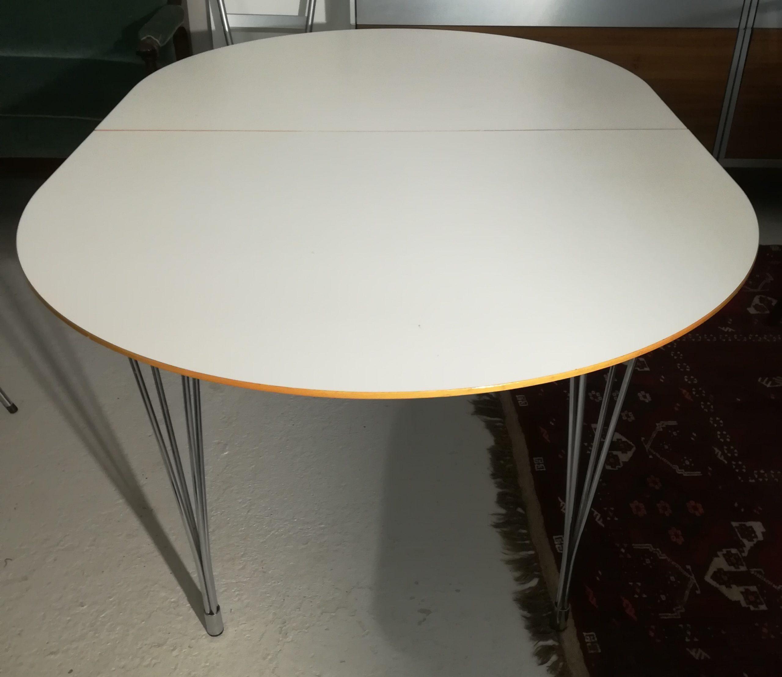 Spisebord I Hvid Laminat Ovalt Med Udtraek Og 1 Plade Forkromede Stalben Nyt Brugt Smukt