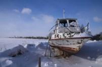 Barco en el lago helado.