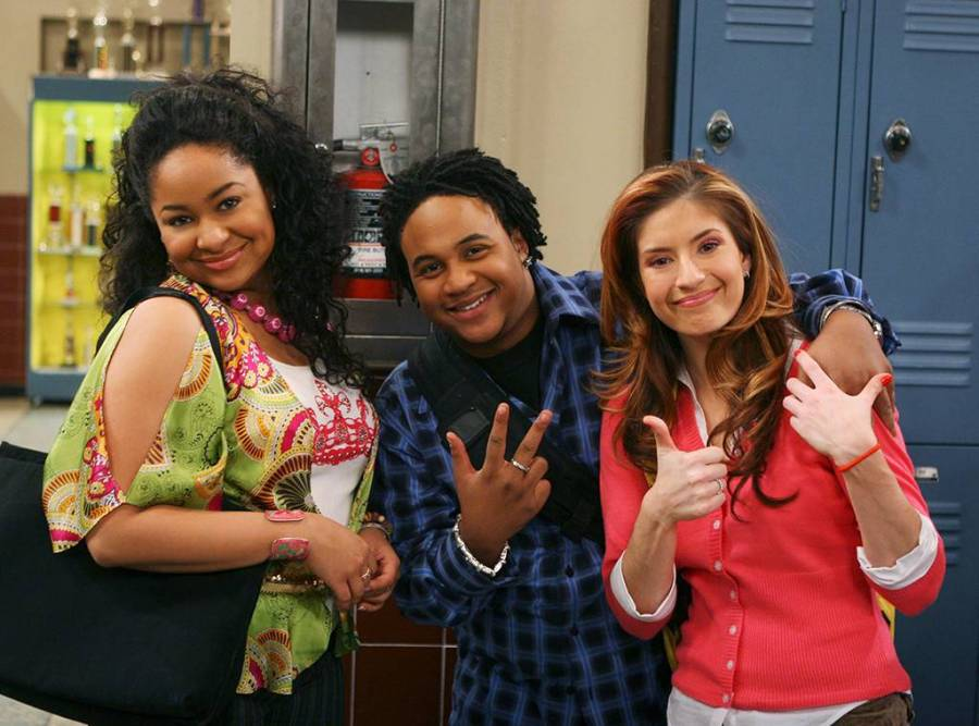 """A still of the friend group of """"That's So Raven""""."""