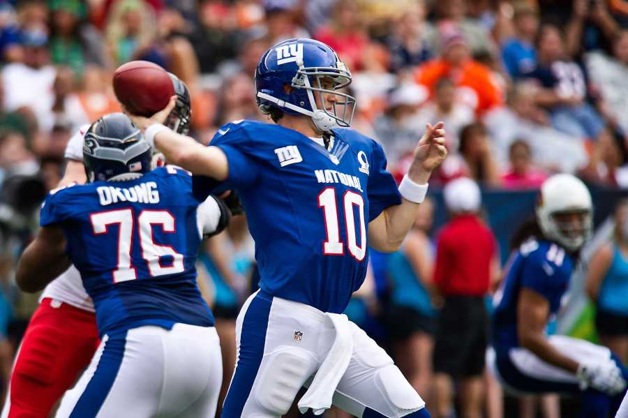 Quarterback+Eli+Manning+of+the+New+York+Giants+at+the+2013+Pro+Bowl.+%28via+Wikimedia%29