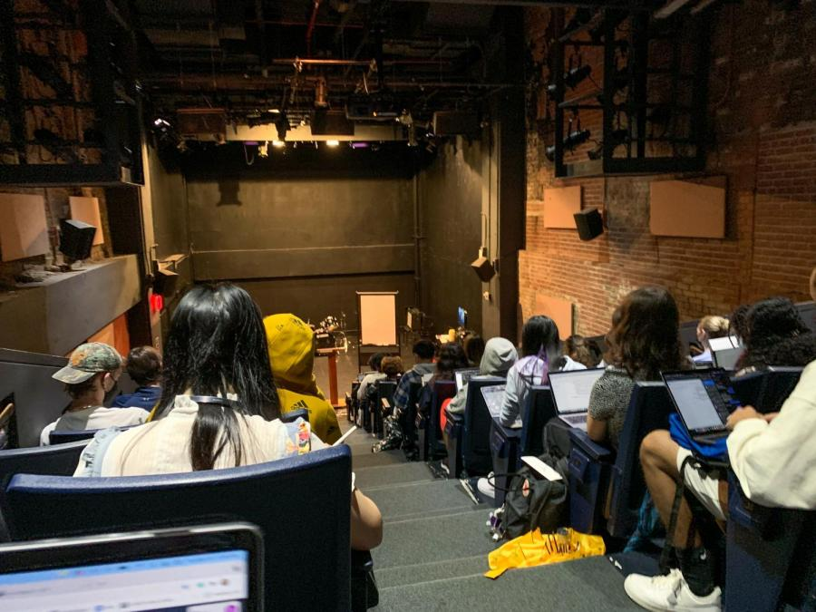 Many+students+are+experiencing+crowded+classrooms+in+NYU+buildings.+The+high-density+classes+contrast+with+the+guidelines+that+NYU+is+implementing+in+other+areas+of+student+life.+%28Photo+by+Olivia+Hughart%29