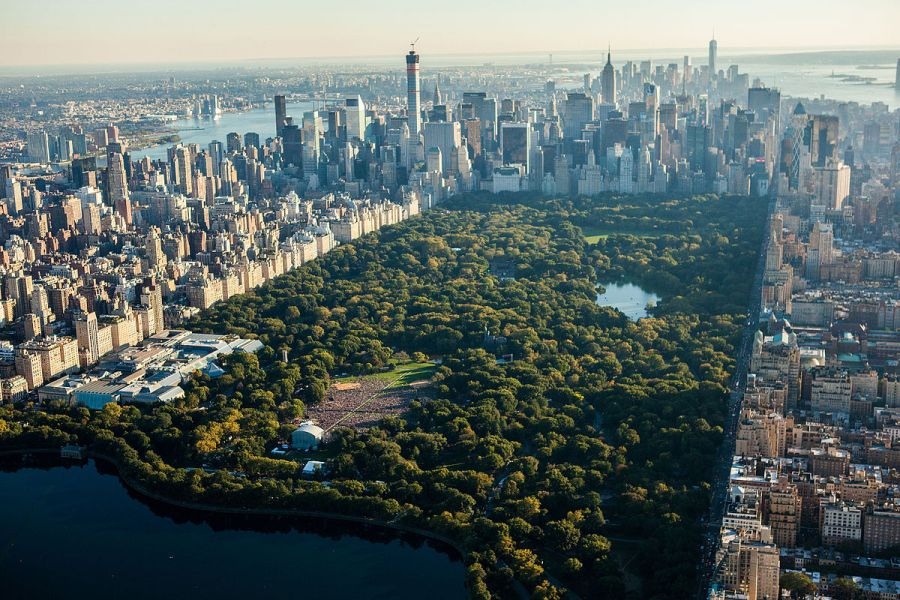 The crowd cheered as the music spurred them on. Global Citizen was a 24-hour global broadcast from Central Park, where artists and activists advocated for poverty relief and environmental protection. (Image via Wikimedia Commons)