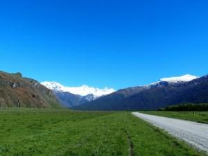 ワナカロブロイ氷河トラックへの牧場の道