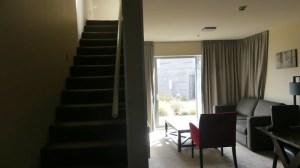 テカポブルーウォーターリゾート2Fへの階段とリビング