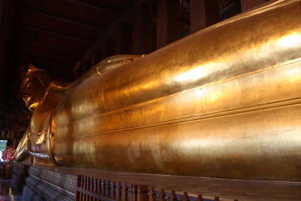 wat pho reclining buddha giant gold statue