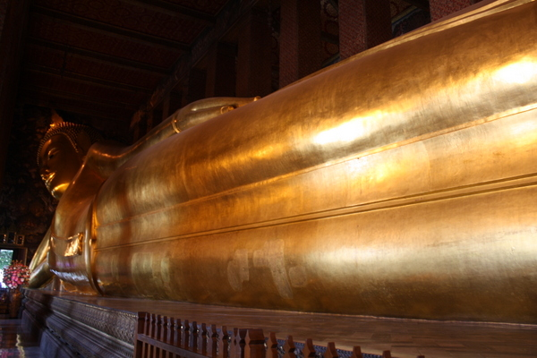 wat pho reclining buddha giant gold statue