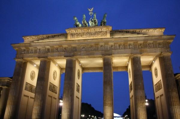 brandenburg tor gate at night berlin