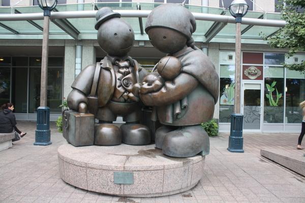cute family toronto statue sculpture