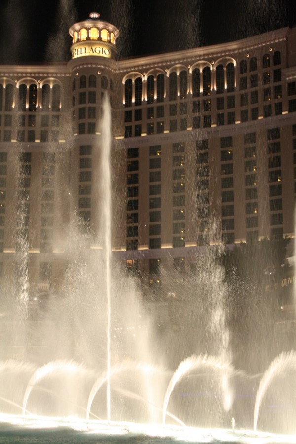 bellagio fountains light show at night nzmuse rtw blog