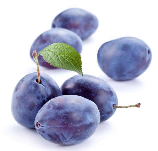 blauwe pruimen op tafel