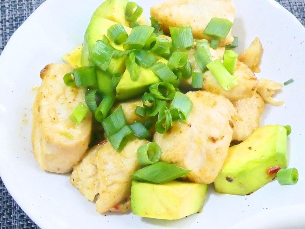 鶏胸肉とアボカドのピリ辛炒め
