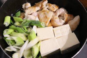 豆腐、ねぎを加えて煮る