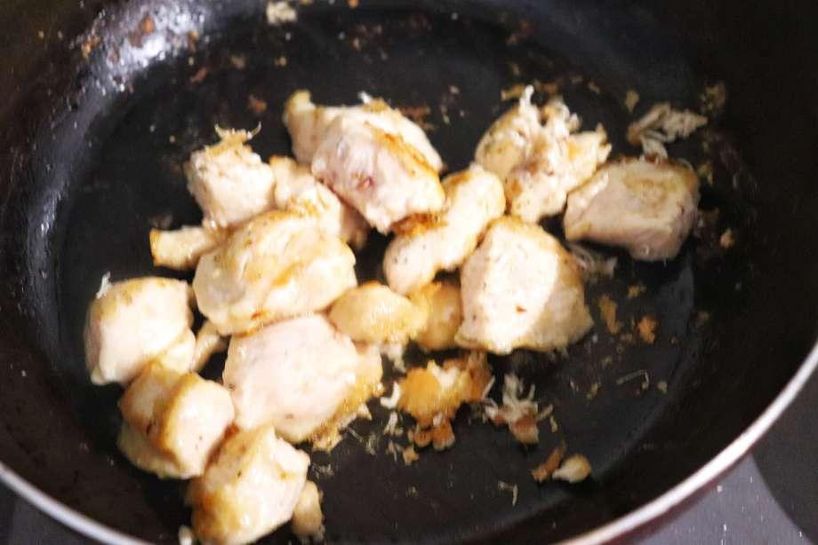 鶏胸肉を炒める