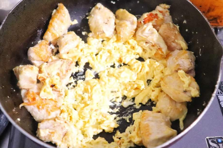 溶き卵を加えて炒める