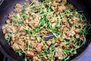 卵を割り入れて炒め、豆苗を加え、しょうゆを回し入れる。ごま油を入れて混ぜる