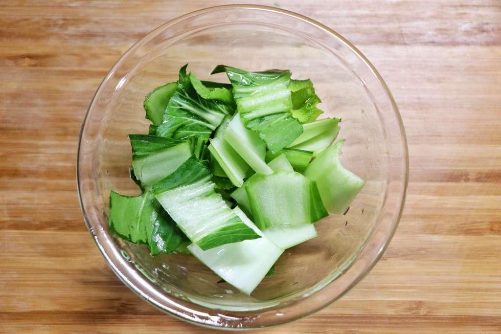 チンゲン菜は切って葉と茎にわける