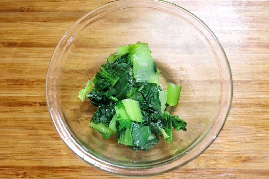 チンゲン菜の水気を切る