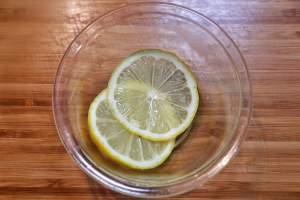 レモンは薄切りにする