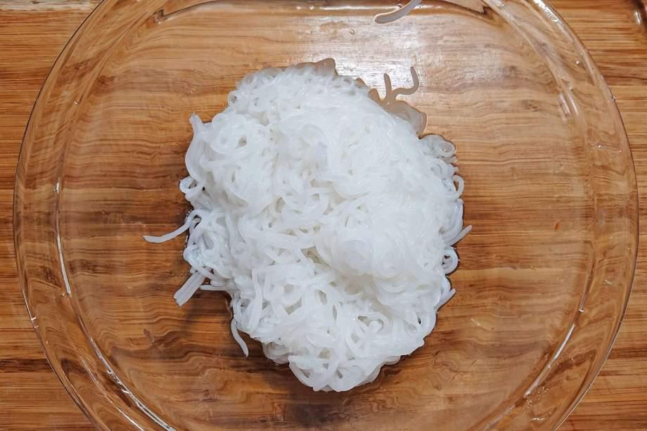 サラダ麺を洗い水気を切る