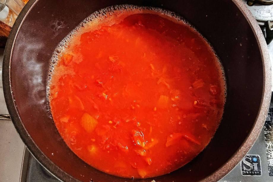 水、カットトマト缶を煮立たせる