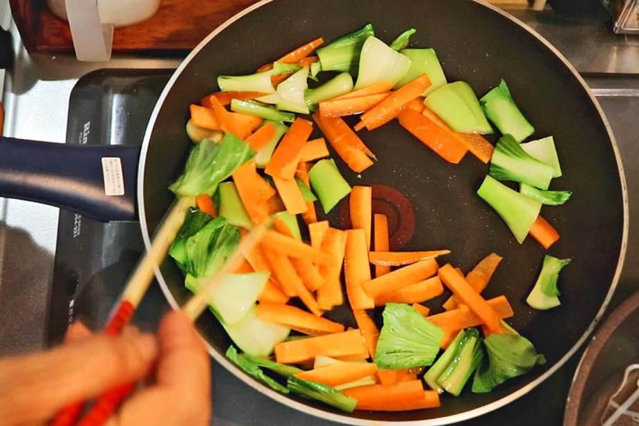 チンゲン菜の茎、人参を炒める