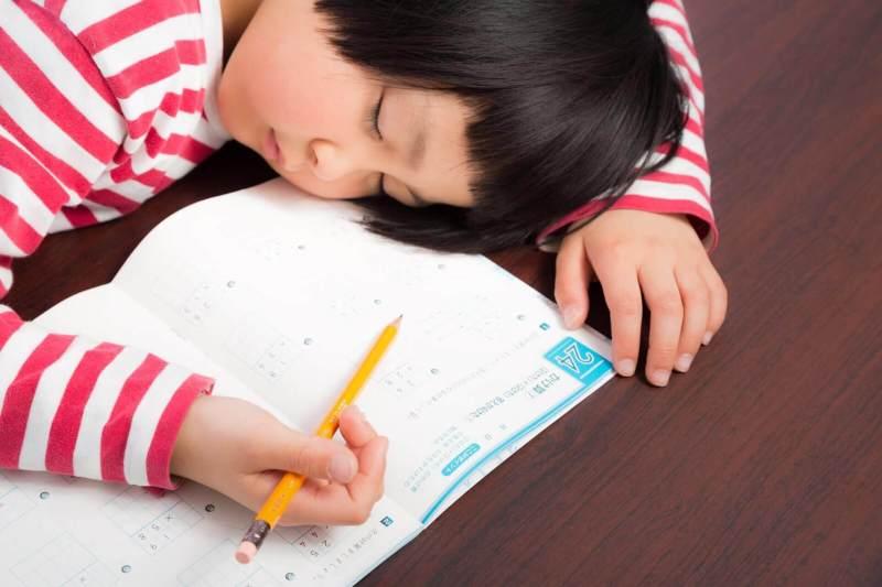 居眠りする女の子