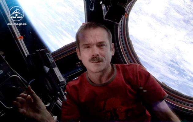 """La copertura di zero gravità di Chris Hadfield """"di singolarità dello spazio"""" ritorna a YouTube"""