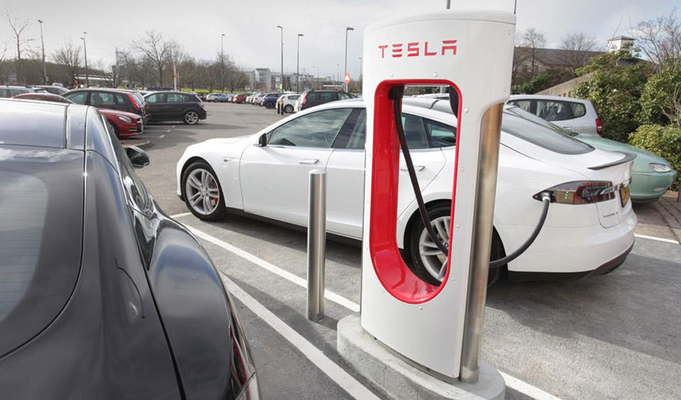 Tesla sistema la disputa legale per mettere le sue sovralimentazioni sulle autostrade BRITANNICHE