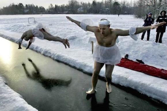 funny winter photos, funny snow photos, idiots in winter, men ice dive
