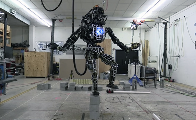 Il robot dellatlante della dinamica di Boston pesa 330 libbre, ma può ora equilibrare su una gamba