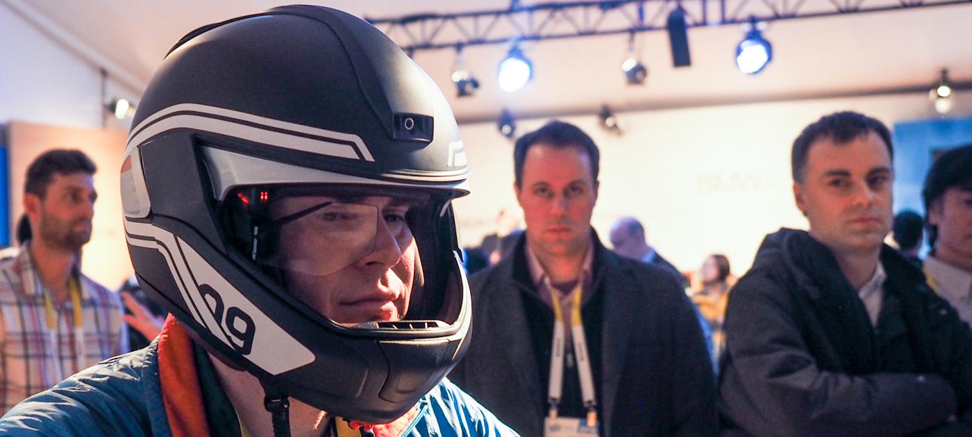Il casco del motociclo di BMW è il futuro collegato su due ruote