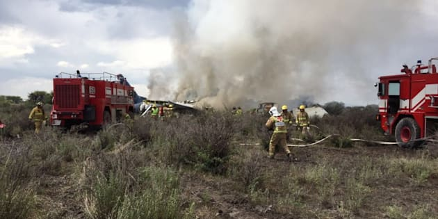 墜落した機体を消火する消防署員=メキシコ・ドゥランゴ州市民保護局のTwitter画像から
