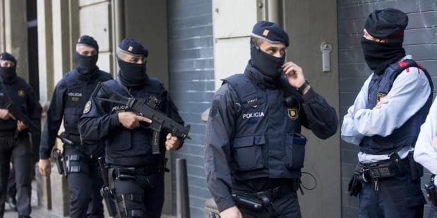 Un conjunto de Mossos, desplegados durante el operativo de caza a los yihadistas de Ripoll.