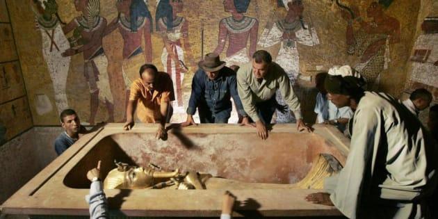 Zahi Hawass, el insigne egiptólogo (en el centro), en la tumba de Tutankamón