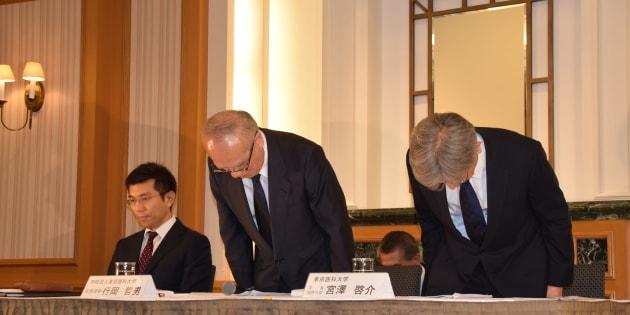 会見で不正入試問題について謝罪する行岡哲男常務理事(中央)と、宮澤啓介学長職務代理(右)