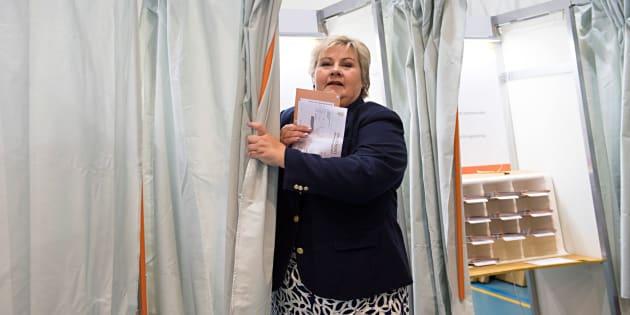 La vigente primera ministra noruega, la conservadora Erna Solberg, tras depositar su voto ésta mañana en un colegio electoral de Bergen.