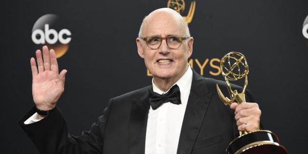 Jeffrey Tambor posa con su Emmy al Mejor actor protagonista en comedia por 'Transparent' en la 68ª edición de los premios el dieciocho de septiembre de 2016.