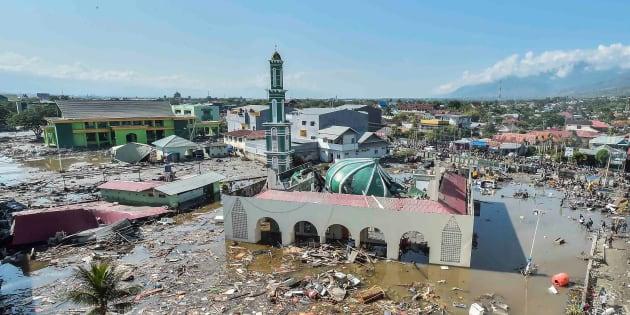 津波で水没したモスク=9月30日、インドネシア中部のスラウェシ島パル